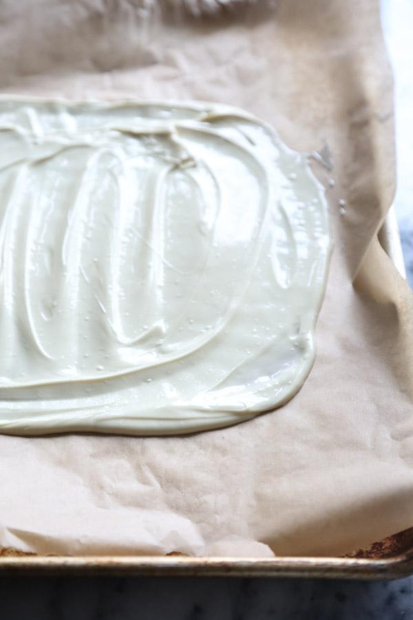 Horchata White Chocolate Bark Recipe with Almonds and Cinnamon | Easy | www.feedmephoebe.com