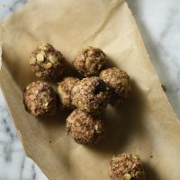 Healthy Raw Oatmeal Chocolate Chip Cookie Bites