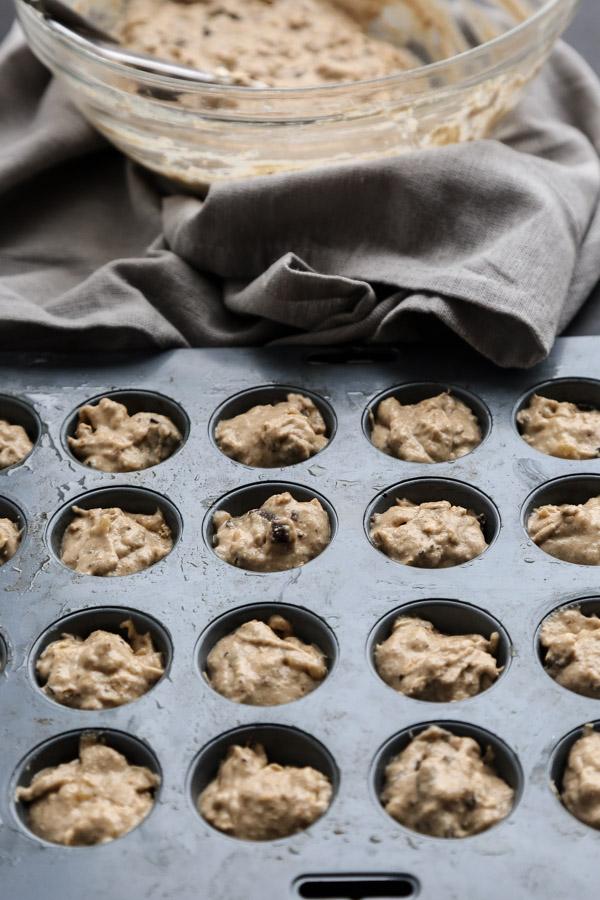 The Best Healthy Oatmeal Bars | Peanut Butter Banana Oatmeal Bites with Dark Chocolate | Gluten-Free, Low FODMAP Breakfasts | www.feedmephoebe.com