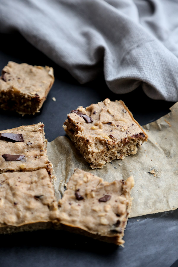 Healthy Peanut Butter Banana Oatmeal Bars with Dark Chocolate Chunks | Gluten-free, Dairy-Free, Low FODMAP breakfasts
