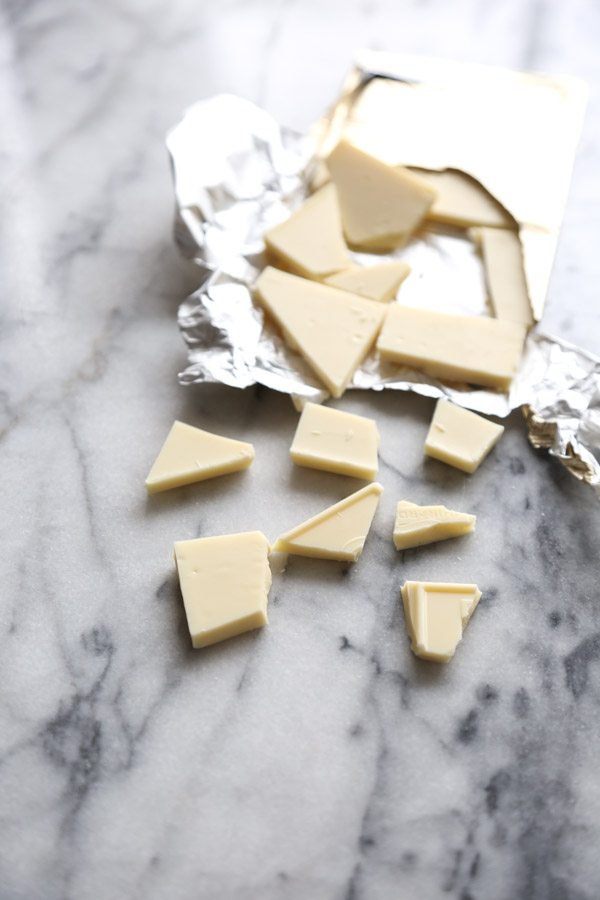 Horchata White Chocolate Bark Recipe with Almonds and Cinnamon | Easy | www.feedmephoebe.com