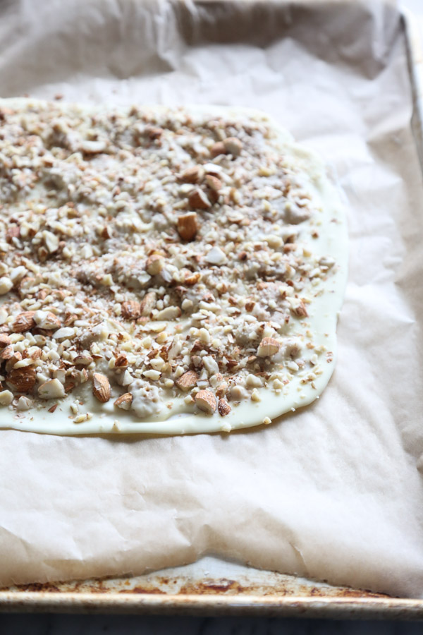 Horchata White Chocolate Almond Bark Recipe with Cinnamon | Easy | www.feedmephoebe.com